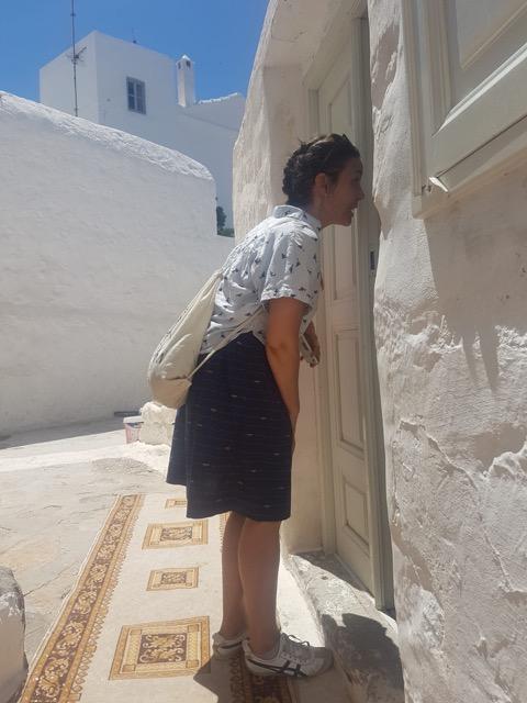 Image de Marika qui regarde par une porte